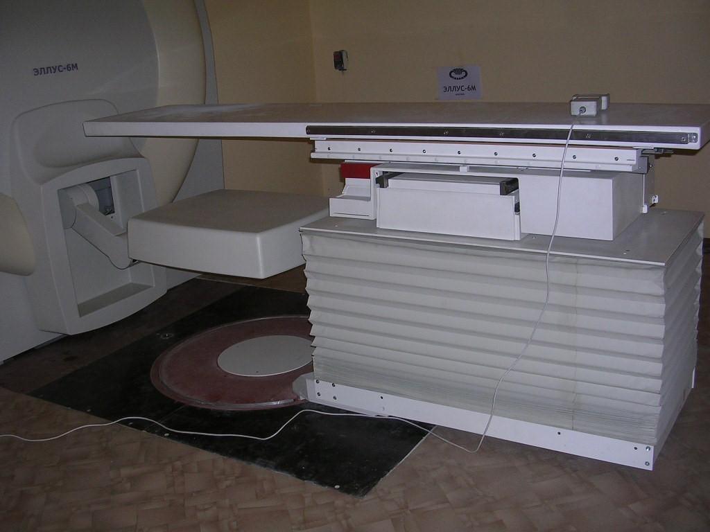 Стол для укладки пациента обладает грузоподъемностью не менее 135 кг